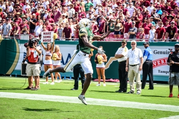 FSU vs USF 2016 59 - Ryeshene Bronson attempt at a one-handed catch by Dennis Akers (3788x2525)